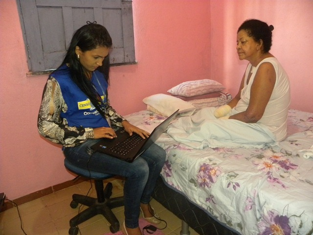 Aposentada Ednelza Correa, durante o censo (Fotos: Marcia Claudia Senna/Manaus Previdência)